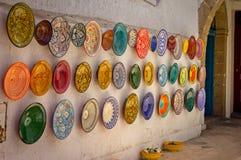 Placas marroquinas coloridas tradicionais nas paredes da rua de C4marraquexe Foto de Stock