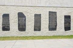 5 placas memoráveis immured na parede do bas-relevo monumental no complexo memorável histórico Foto de Stock Royalty Free