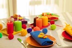 Placas multicoloras y servilletas de lino con la decoración hecha punto vector foto de archivo