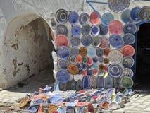 Placas pintadas coloreadas en el mercado en Túnez fotos de archivo libres de regalías