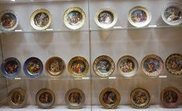 Placas pintadas da porcelana na coleção de prata imperial no Hofburg imagem de stock