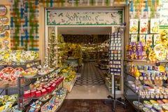 Placas pintadas a mano y otros recuerdos de cerámica un mercado en Sorrento en la costa Italia de Amalfi imagen de archivo libre de regalías