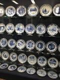Placas reais da louça de Delft na exposição imagens de stock