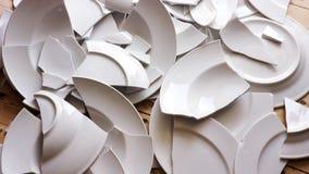 Placas rotas blancas en un piso de madera fotos de archivo libres de regalías