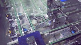 Placas solares del módulo que se mueven a lo largo de las bandas transportadoras Concepto verde de la energía metrajes