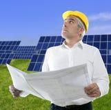 Placas solares mayores de la hierba verde del trabajo del hombre de negocios foto de archivo