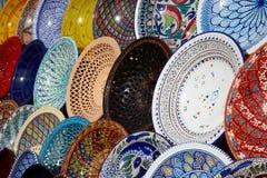 Placas tunecinas tradicionales en el bazar fotografía de archivo