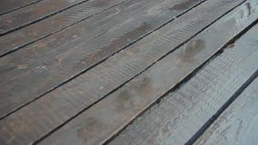 Placas unpainted idosas na chuva A c?mera est? movendo-se Pingos de chuva que deixam de funcionar no revestimento de madeira Chuv filme