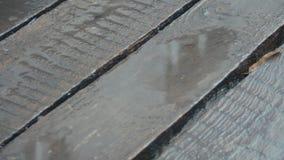 Placas unpainted idosas na chuva A c?mera est? movendo-se Pingos de chuva que deixam de funcionar no revestimento de madeira Chuv vídeos de arquivo