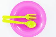 Placas, utensilios plásticos aislados Imagenes de archivo