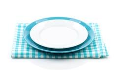 Placas vacías sobre la toalla de cocina Fotografía de archivo libre de regalías