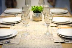 Placas y copas de vino en la tabla Foto de archivo