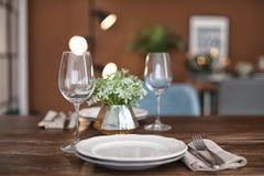 Placas y copas de vino vacías en la tabla Foto de archivo libre de regalías