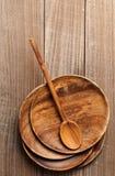 Placas y cuchara de madera en la tabla Imagen de archivo libre de regalías