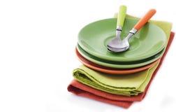 Placas y cucharas vacías en servilleta de la materia textil Fotografía de archivo