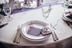 Placas y decoración de la porción en la tabla de la boda fotos de archivo