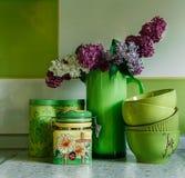 Placas y tarros de cerámica Vajilla, ramo de lila en la jarra verde Accesorios de la cocina Imagen de archivo