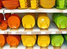 Placas y tazas coloridas Fotografía de archivo