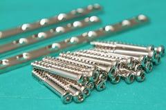 Placas y tornillo ortopédicos del implante Fotos de archivo libres de regalías