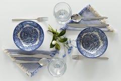 Placas y vidrios vacíos, cena romántica para dos Fotografía de archivo libre de regalías