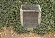 Placca bronzea dal memoriale alle vittime di comunismo, Praga, repubblica Ceca immagine stock