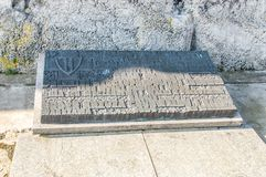 Placca che commemora gli eroi che hanno combattuto contro l'occupazione nazista al campo Majdanek di Nazi German fotografie stock