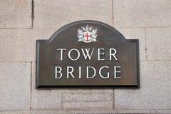 Placca del segno del ponte della torre a Londra Inghilterra Fotografia Stock Libera da Diritti