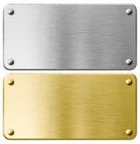 Placca di metallo dell'ottone o dell'oro con i ribattini isolati Immagine Stock