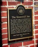 Placca fuori della barra della locanda di Stonewall in Manhattan Fotografia Stock