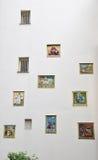 Placche bibliche o attingere la parete bianca dentro Begijnhof Amsterdam Immagini Stock Libere da Diritti