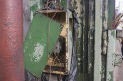 Placche sfregate su una vecchia superficie di metallo fotografia stock