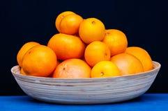 Placchi con gli agrumi arancio Arance, mandarini e mandarini Fotografia Stock