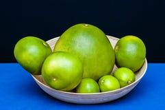 Placchi con gli agrumi verdi Calce, pomelo, pompelmi Immagini Stock Libere da Diritti