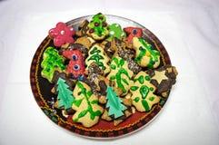 Placchi con i biscotti saporiti del pan di zenzero di Natale su Backgrou bianco Fotografia Stock Libera da Diritti