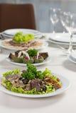 Placchi con i verdi dell'insalata dei funghi Fotografie Stock Libere da Diritti