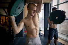 Placchi il gruppo centrale di addestramento all'allenamento di forma fisica della palestra Fotografia Stock