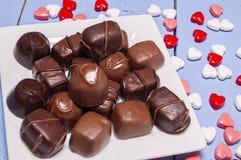 Placchi in pieno della caramella di cioccolato, i biglietti di S. Valentino, cuore immagini stock libere da diritti