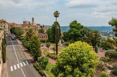 Place aménagée en parc avec des bâtiments et rue au centre de la ville de Grasse Images stock