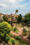 Place aménagée en parc avec des bâtiments et rue au centre de la ville de Grasse Photos libres de droits