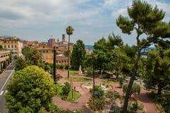 Place aménagée en parc avec des bâtiments et rue au centre de la ville de Grasse images libres de droits