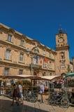 Place avec la tour de stalle, de personnes et d'horloge du marché à Aix-en-Provence, Photos stock
