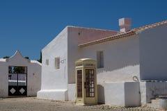 Place avec avec les maisons blanches, Portugal photo libre de droits