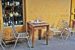Place avec une table en dehors d'un petit restaurant Photo libre de droits