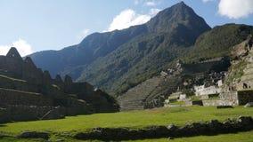Place centrale à la ville d'Inca de Machu Picchu au Pérou banque de vidéos