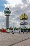 Place d'aéroport avec tour de contrôle, faisant de la publicité le pil Image stock