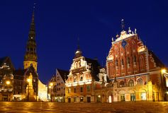 Place d'hôtel de ville la nuit, Riga, Lettonie Photo stock