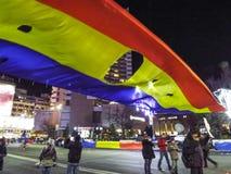 Place d'Universitate avec les personnes et le drapeau roumain révolutionnaire Image stock