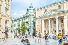 Place de Birzhevaya La Chambre de Commerce et d'Industrie de la Fédération de Russie Éclaboussure de personnes dans la fontaine p images stock
