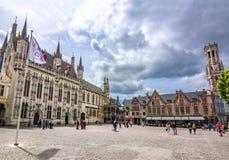 Place de Burg avec hôtel de ville, basilique de la tour sainte de sang et de Belfort au fond, Bruges, Belgique image libre de droits