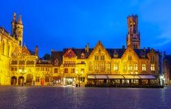 Place de Burg avec la basilique de la tour sainte de sang et de Belfort au fond la nuit, Bruges, Belgique photos stock